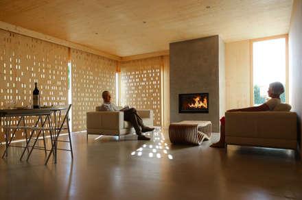 salon logement 1_brise soleil bois: Salon de style de style Moderne par TICA