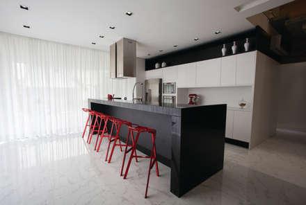 Residencia EF: Cozinhas minimalistas por Studio Zaav