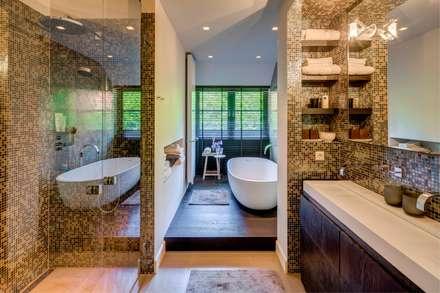 Woonvilla Blaricum: moderne Badkamer door Kabaz