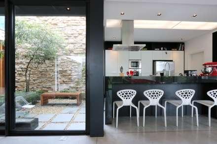 Residencia RR: Cozinhas minimalistas por Studio Zaav