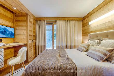 Visite privée d'un chalet alpin: Chambre de style de stile Rural par Sandrine RIVIERE Photographie