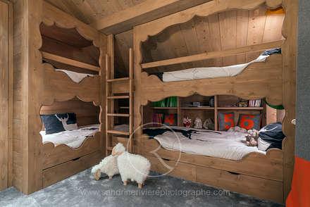 Visite privée d'un chalet alpin: Chambre d'enfant de style de style Rustique par Sandrine RIVIERE Photographie