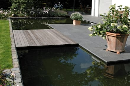 Holzsteg Aus Bangkirai In Verbindung Mit Wasserfläche Und Basalt  Natursteinplatten: Moderner Garten Von Grünplanungsbüro Jörg