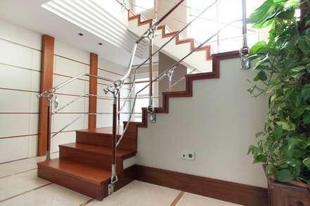 Escalera de Madera de Talí: Pasillos y vestíbulos de estilo  de MUDEYBA S.L.