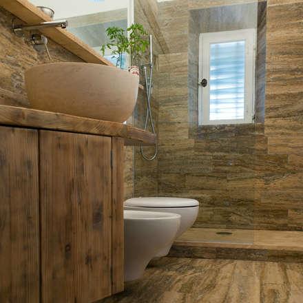 Bagno in Pietra di Rapolano: Bagno in stile in stile Moderno di Pietre di Rapolano