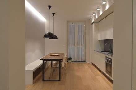 Ispirazione nordica: Sala da pranzo in stile in stile Minimalista di ministudio architetti
