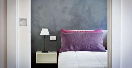 Tetti Romani : Camera da letto in stile in stile Minimalista di BARBARA BARATTOLO ARCHITETTI