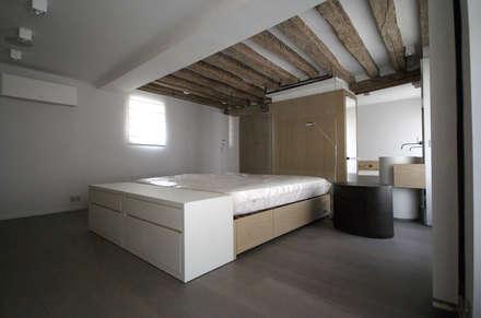 Chambre: Chambre de style de style Classique par Atelier TO-AU
