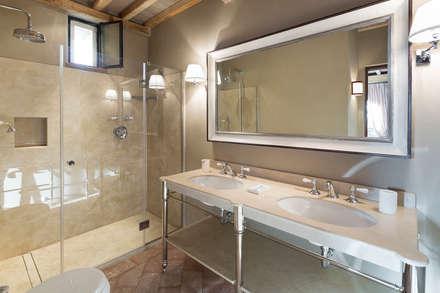 Gaiole in Chianti, Toscana: Bagno in stile in stile Rustico di Arlene Gibbs Décor