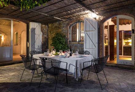 Gaiole in Chianti, Toscana: Terrazza in stile  di Arlene Gibbs Décor