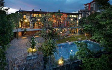 Rumah mampan yang direka berdasarkan ciri-ciri pokok tropika: tropical Houses by Elaine Wall