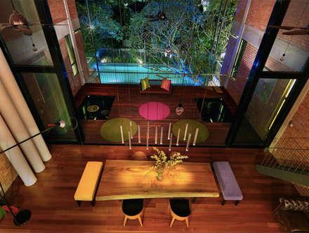 Rumah besar dengan penggunaan tenaga serupa sebuah rumah kecil: tropical Dining room by Elaine Wall
