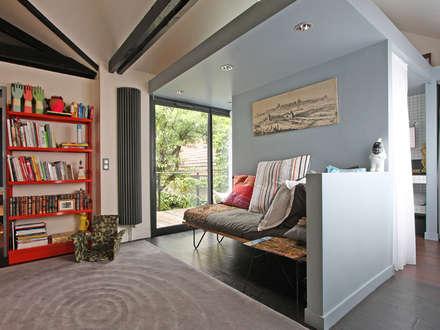 espace détente ouvert: Salon de style de style Moderne par BuroBonus