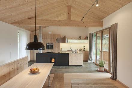 Küche mit Essbereich : moderne Esszimmer von peter glöckner   architektur