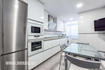 Cocina en blanco: Cocinas de estilo minimalista de Espacios y Luz Fotografía