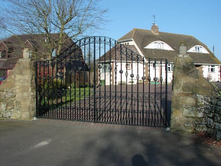 Driveway gate : minimalistic Garden by F E PHILCOX LTD