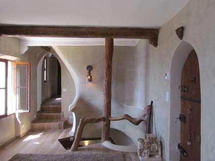 Pasillos y hall de entrada de estilo  por Archimania