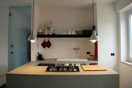 attico Cesena: Cucina in stile in stile Minimalista di andrea nicolini architetto
