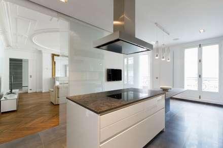 Restructuration d'un appartement haussmannien de 180m2, Paris 8°: Cuisine de style de style Minimaliste par ATELIER POZZI ARCHITECTURE