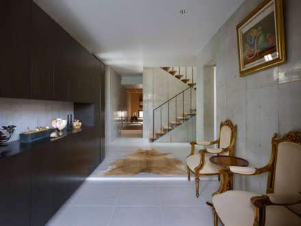 Under the Large Roof: Atelier HARETOKE Co., Ltd.が手掛けた玄関・廊下・階段です。