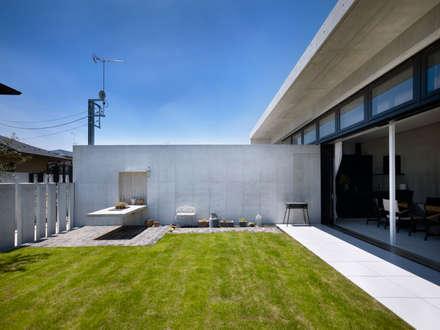 Under the Large Roof: Atelier HARETOKE Co., Ltd.が手掛けた庭です。