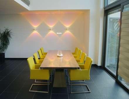 Villa Saarlouis: moderne Esszimmer von Bolz Planungen für Licht und Raum