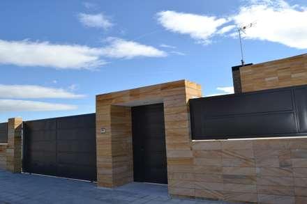 Entrada: Casas de estilo minimalista de AUNA ARQUITECTOS, S.L.
