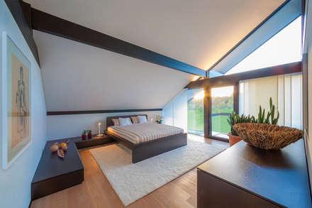 Huf Haus Art 5: moderne Schlafzimmer von HUF HAUS GmbH u. Co. KG