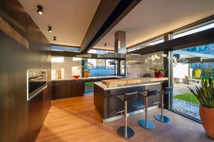 Huf Haus Art 5: moderne Küche von HUF HAUS GmbH u. Co. KG