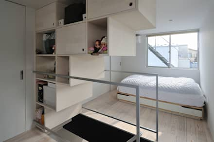 logical punk: 岡村泰之建築設計事務所が手掛けた寝室です。
