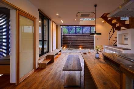 リビングとウッドテラスを眺める。: 祐建築設計事務所が手掛けたリビングです。