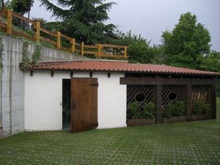 il fabbricato boxes e lavanderia: Garage/Rimessa in stile in stile Classico di STUDIO DI ARCHITETTURA CLEMENTI
