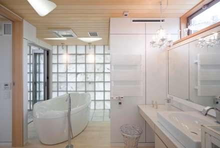 シャワールームとバス: 有限会社加々美明建築設計室が手掛けたお風呂です。