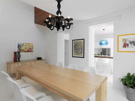 LA SALA DA PRANZO: Sala da pranzo in stile in stile Minimalista di STUDIO DI ARCHITETTURA LUISELLA PREMOLI