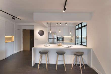 Compassvale Ancilla: modern Kitchen by Eightytwo Pte Ltd