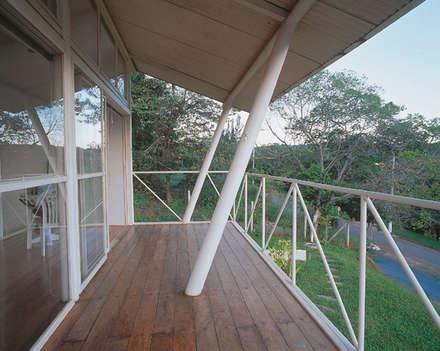Casa Eugênia por Joao Diniz Arquitetura: Terraços  por JOAO DINIZ ARQUITETURA