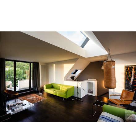 wohnen _ dachgeschoß: moderne Wohnzimmer von beissel schmidt architekten