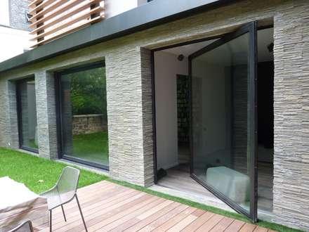 larges chassis  pivotants : Maisons de style de style Moderne par L+R architecture