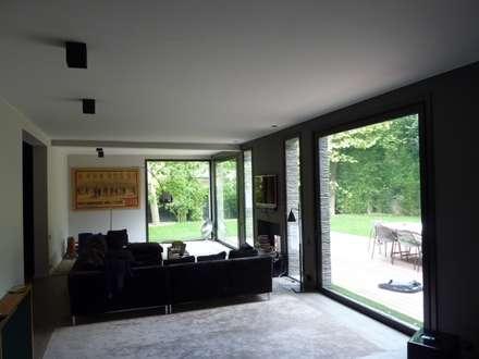 salon: Salon de style de style Moderne par L+R architecture