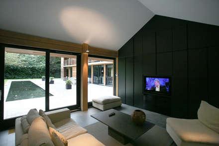 Cedarwood: eclectic Living room by Nicolas Tye Architects