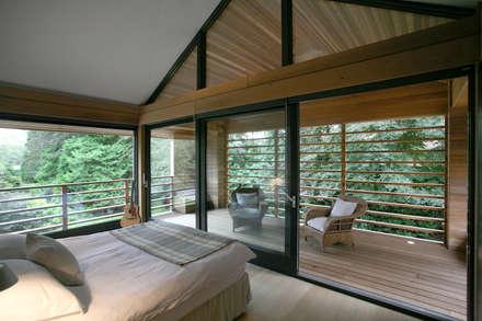 Cedarwood: eclectic Bedroom by Nicolas Tye Architects