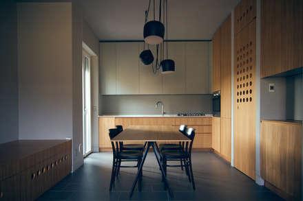 #house02 cucina pranzo: Cucina in stile in stile Moderno di andrea rubini architetto