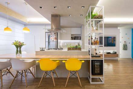 Apartamento Trama: Cozinhas modernas por Semerene - Arquitetura Interior