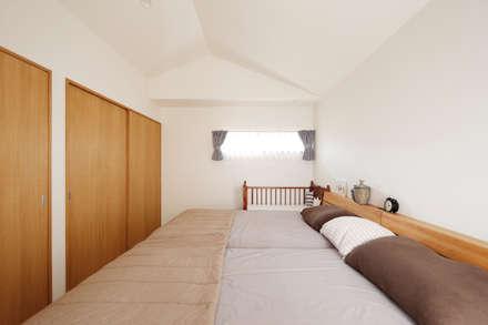 内と外をつなぐ平屋の家: ELD INTERIOR PRODUCTSが手掛けた寝室です。
