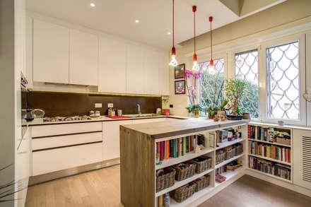 LA CASA DI AMBRA: Cucina in stile in stile Moderno di MOB ARCHITECTS