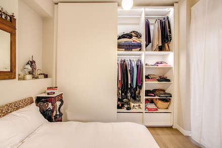 LA CASA DI MAMMA: Camera da letto in stile in stile Moderno di MOB ARCHITECTS