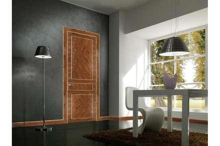 porta interna in legno Aurea palissandro: Finestre in stile  di TONDIN PORTE SRL con unico socio