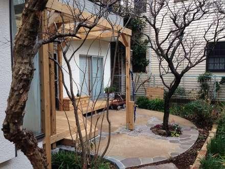 既存樹を活かしたテラスとデッキ: 株式会社アフロとモヒカンが手掛けた庭です。