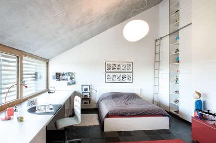 Freistehendes modernes Passivhaus: moderne Schlafzimmer von Maisons Loginter