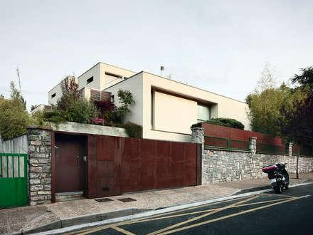Dos viviendas en Hondarribia: Casas de estilo moderno de Hoz Fontan Arquitectos